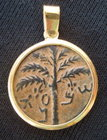A JEWISH BAR-KOCHBA COIN SET IN 18K GOLD PENDANT